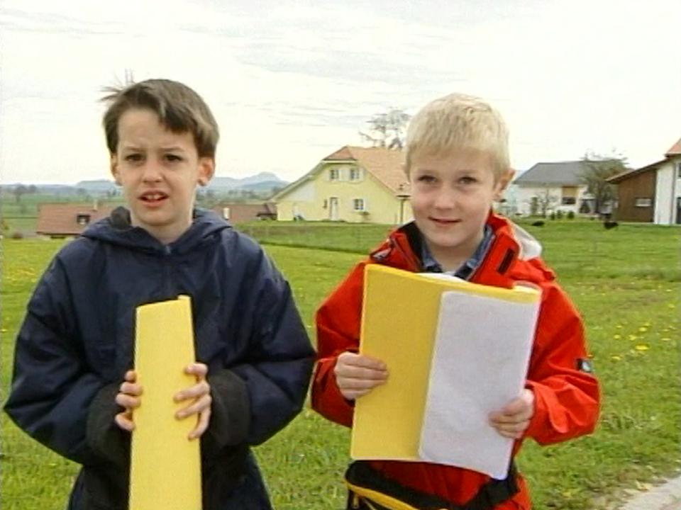 Petits chanteurs du 1er mai dans le canton de Fribourg en 2001. [RTS]