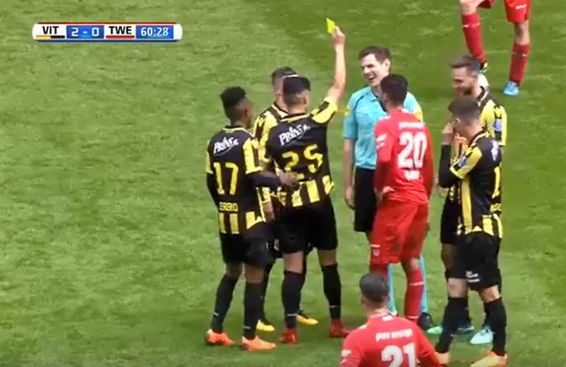 Pays-Bas, un arbitre reçoit un carton jaune