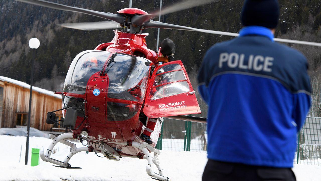 Policier et hélicoptère de sauvetage en Valais. (image d'illustration) [Jean-Christophe Bott - Keystone]