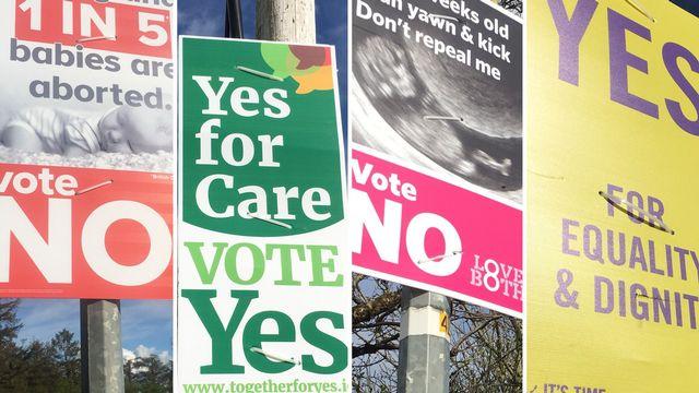 Des affiches pour ou contre la libéralisation de l'avortement, en votation le 25 mai en Irlande. [Jordan Davis - RTS]
