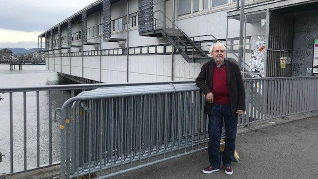 Emilio Modena, actif dans le mouvement étudiant au printemps 68 à Zurich, devant le bâtiment d'où partirent les « émeutes du Globus » à l'époque. [Séverine Ambrus - RTS]