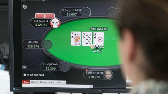 Une personne joue au poker en ligne. [Gaetan Bally - Keystone]