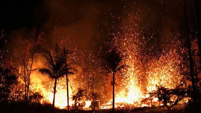 De la lave s'échappe des nouvelles fissures apparues sur le volcan Kilauea, à Hawaï. [U.S. Geological Survey via AP - Keystone]