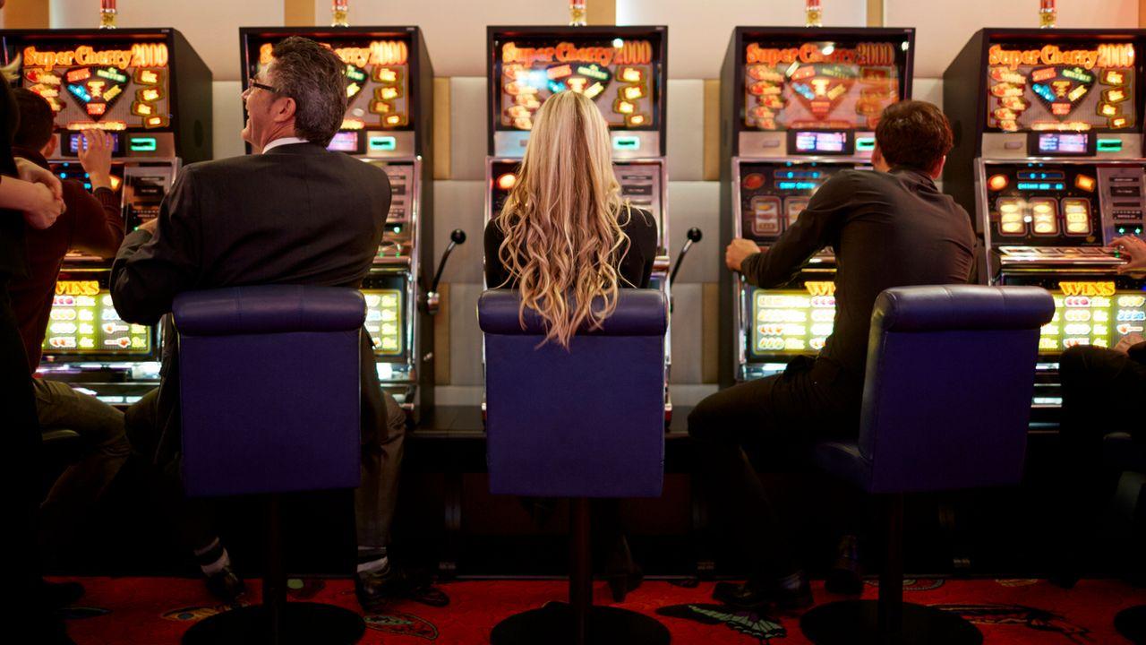 Des joueurs devant les bornes du Casino de Zurich. (image d'illustration) [Gaetan Bally - Keystone]