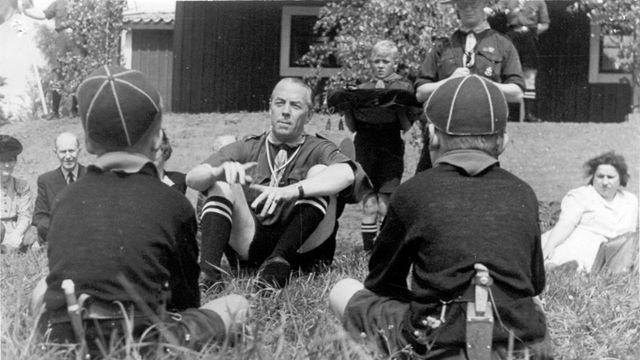 Folke Bernadotte avec des scouts à Österåker, Suède, 1943. [DR]