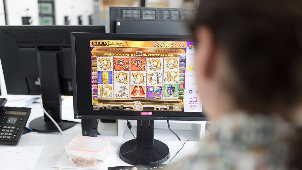 La loi sur les jeux d'argent sera soumise au peuple le 10 juin. [GAETAN BALLY - KEYSTONE]