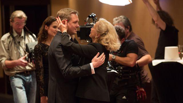 Ambiance tournage au Grand Hotel Kempinski avec Paul Grangier (Vincent Kucholl) et Blanche Grangier (Brigitte Fossey). [Jay Louvion - RTS]