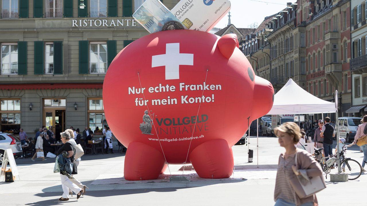 """Oeuvre des partisans de l'initiative """"Monnaie pleine"""", une tirelire géante dans les rues de Berne avec le slogan: """"Que des vrais francs pour mon compte"""" en banque. [Gaetan Bally - Keystone]"""
