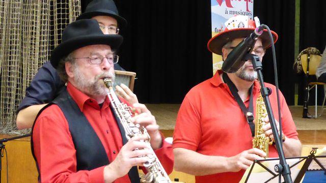 Le Kiosque à musiques aux Avanchets - 17 mai 2014 - Michel Borzykowski avec LècheBéton, fanfare de rue. [RTS]