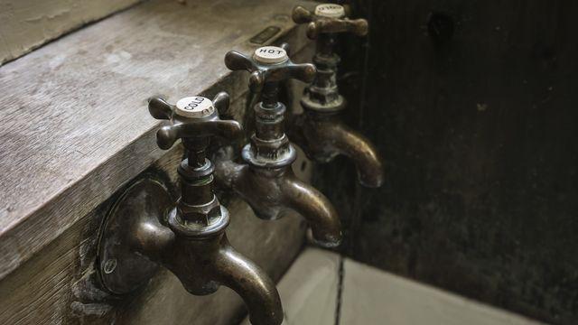 Trois robinets pour une baignoire. [Roostler - Fotolia]