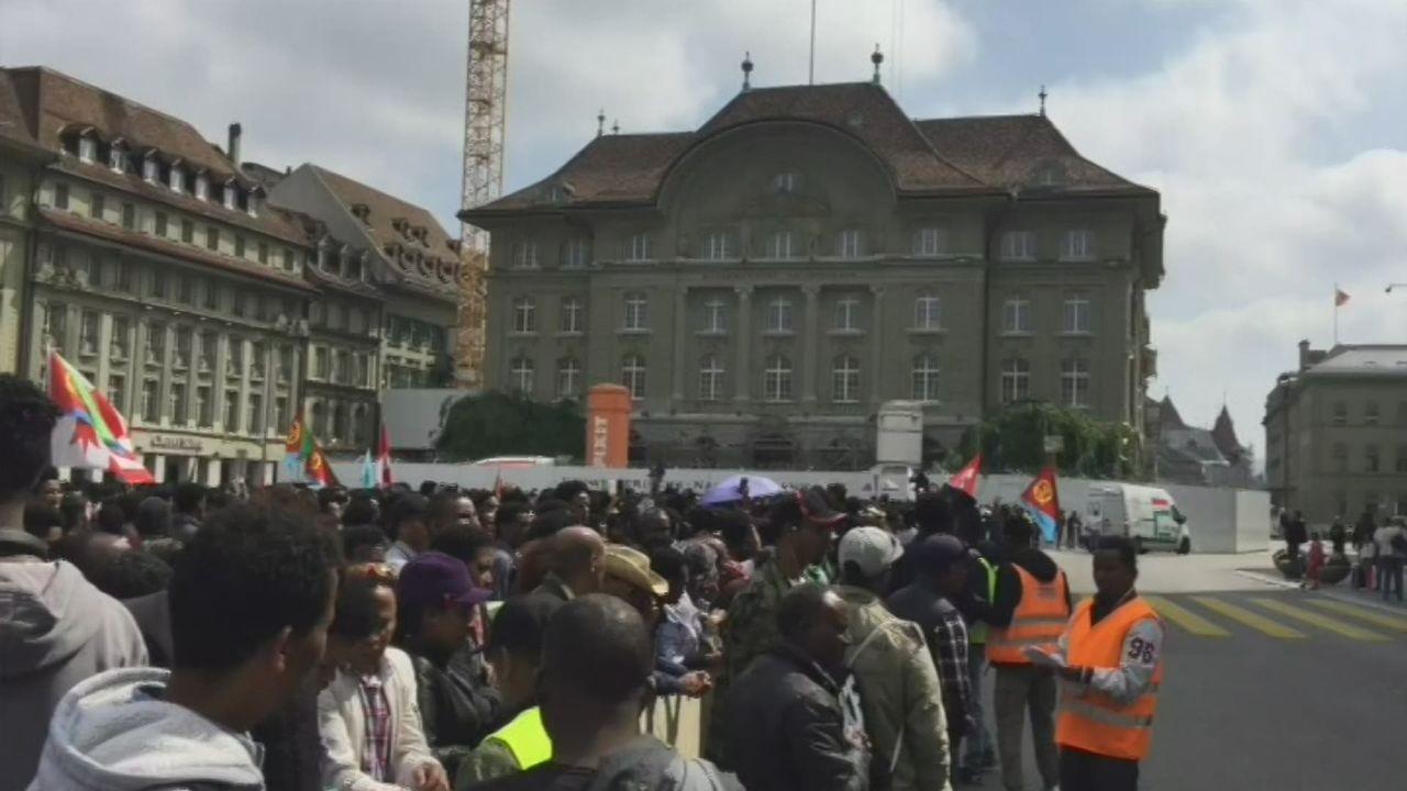 Plus de 1500 Erythréens manifestent contre la politique d'asile suisse [RTS]