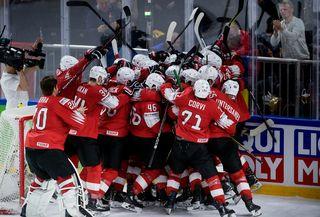 L'équipe de Suisse fête sa victoire face au Canada lors des demies-finales des Championnats du monde de hockey sur glace. [Liselotte Sabroe - EPA - Keystone]