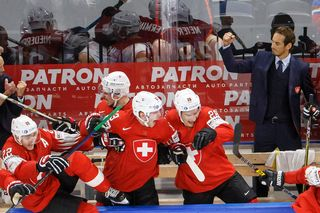 Patrick Fischer exulte, alors que ses joueurs se précipitent sur la glace pour fêter la victoire. [Salvatore Di Nolfi - Keystone]