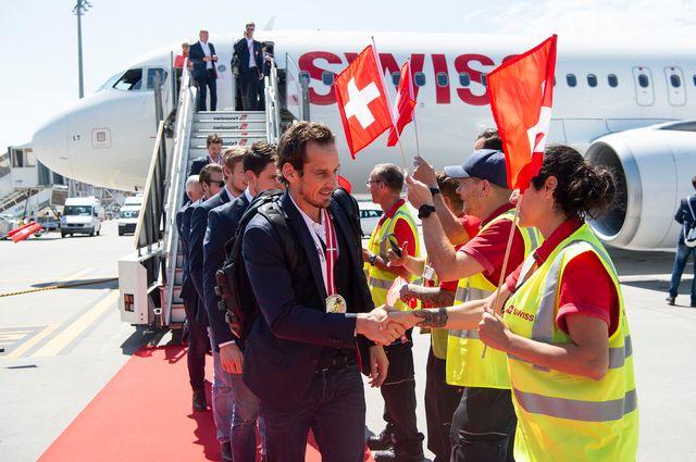 Patrick Fischer et ses hommes ont été reçus avec les honneurs à leur descente d'avion. [Mélanie Duchene - Keystone]