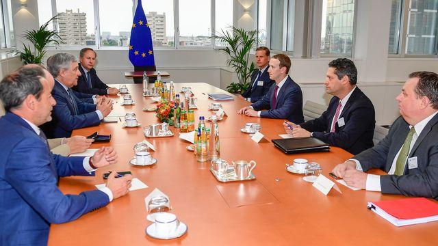 Mark Zuckerberg répond aux questions de représentants du Parlement européen sur la protection des données personnelles par Facebook.  [EPA/Parlement européen/Keystone - Keystone]