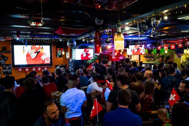 La finale des Mondiaux entre la Suisse et la Suède a attiré les foules devant les écrans. [Jean-Christophe Bott - Keystone]