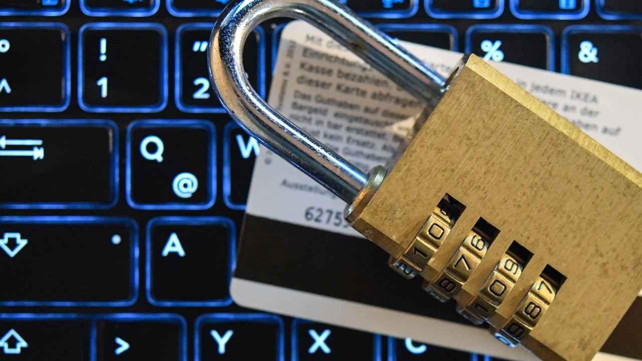 Le nouveau Règlement général sur la protection des données des résidents de l'Union européenne (RGPD) entrera en vigueur vendredi après des années de négociations. [Patrick Pleul - DPA/Keystone]