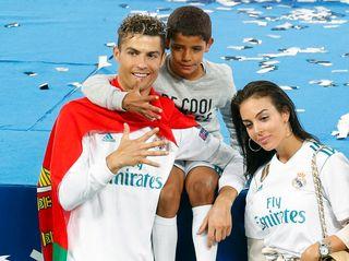 Ronaldo avec son fils et sa copine après son 5e trophée en Ligue des champions. [Robert Ghement - Keystone]