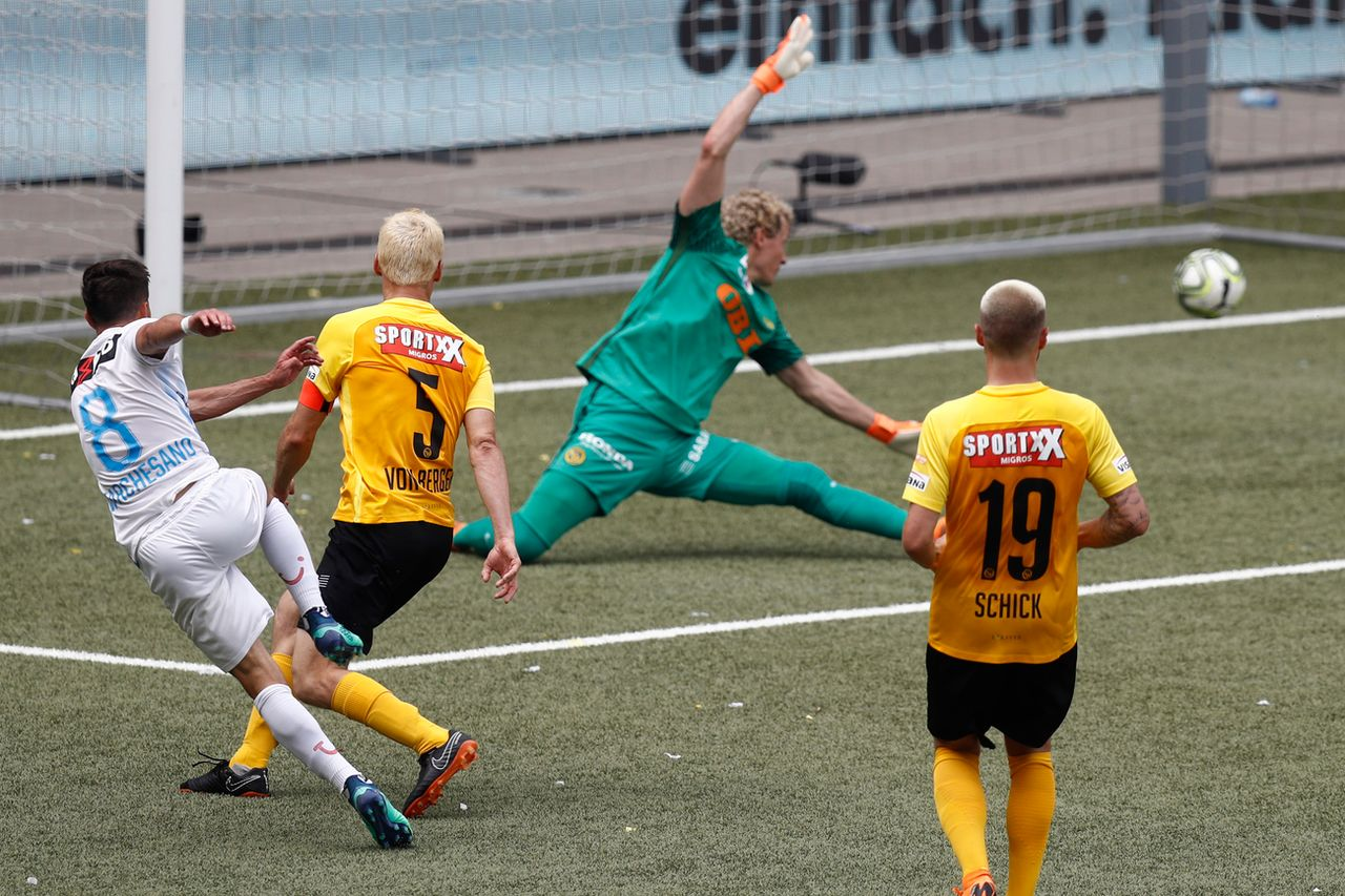Antonio Marchesano trompe ici Marco Wölfli pour le 2-0. [Peter Klaunzer - Keystone]