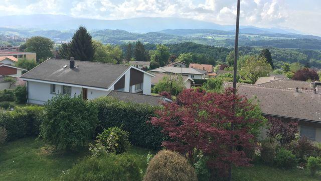 Les espaces périurbains grignotent le territoire suisse. [Jean de Preux - RTS]