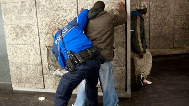 Intervention lors d'une opération anti-drogue à Lausanne en novembre 2011. [Dominic Favre - Keystone]