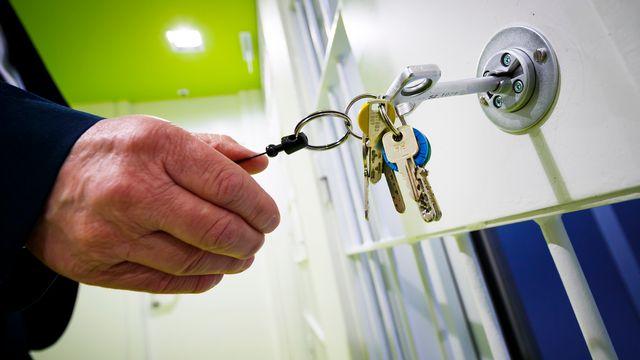 Un garde ouvre une porte de l'établissement d'exécution des peines de Bellevue. [Valentin Flauraud - Keystone]