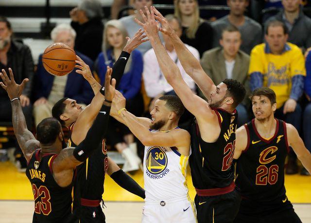 A l'image de Curry (en blanc), Golden State a souffert face à Cleveland. [Monica Davey - Keystone]