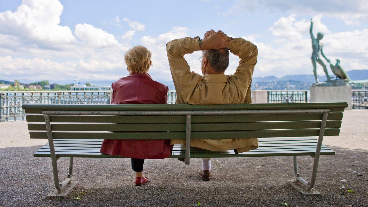 Un couple de jeunes retraités assis sur un banc à Zurich. [Gaëtan Bally - Keystone]
