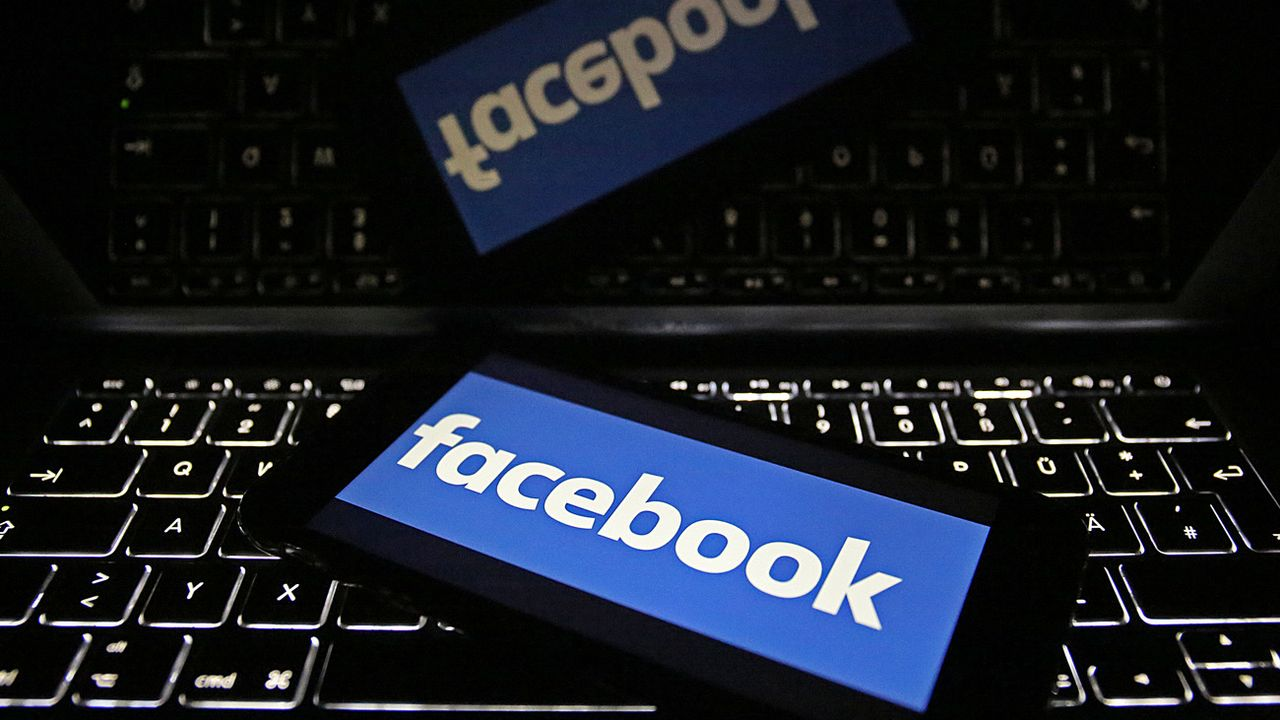 Le logo de Facebook sur l'écran d'un téléphone portable, lui-même posé sur un clavier d'ordinateur. (Image d'illustration). [OLIVER BERG - DPA]