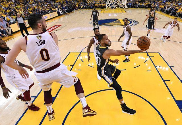Curry (en noir) se faufile dans la défense des Cavaliers. [Kyle Terada - Keystone]
