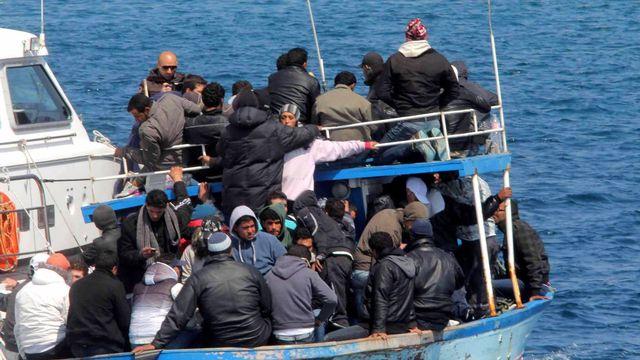 Des migrants tunisiens arrivent sur l'île italienne de Lampedusa. [Franco Lannino - EPA/Keystone]