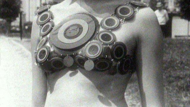 Le plastique fait son apparition dans la mode, 1966. [RTS]
