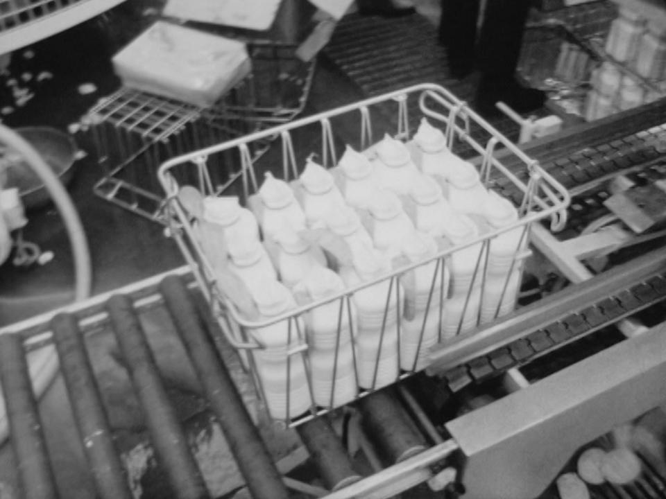 Une nouvelle bouteille de lait en plastique est testée sur le marché genevois, 1969. [RTS]