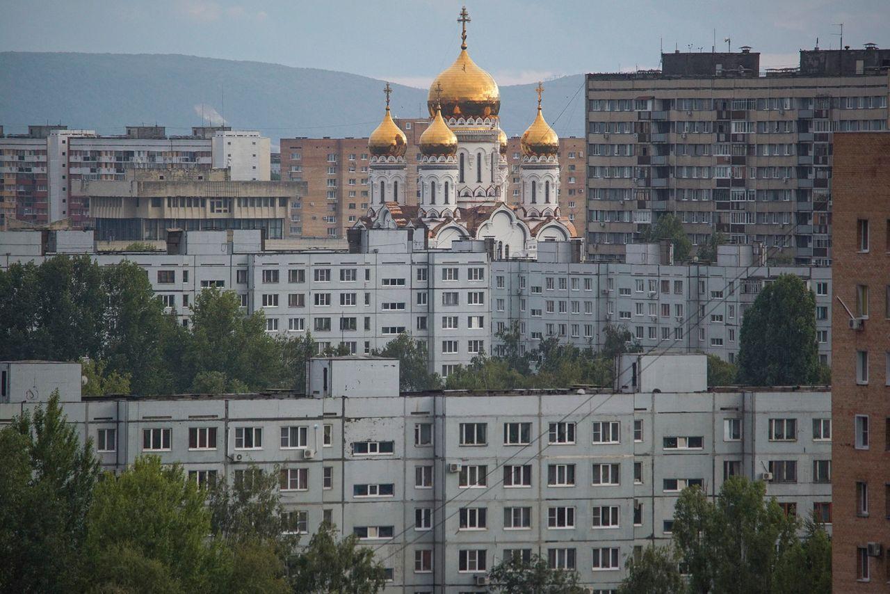Une église orthodoxe au milieu d'immeubles dans la ville de Togliatti. [Mstyslav Chernov - Keystone]