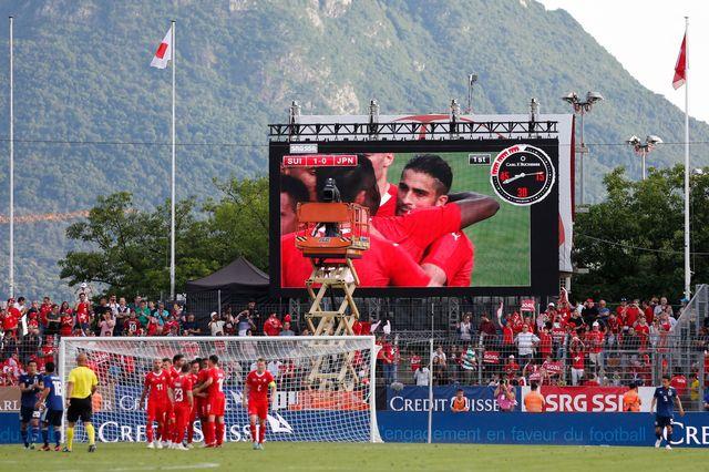 Les joueurs de l'équipe de suisse se congratulent après la réussite de Rodriguez. [Peter Klaunzer - Keystone]