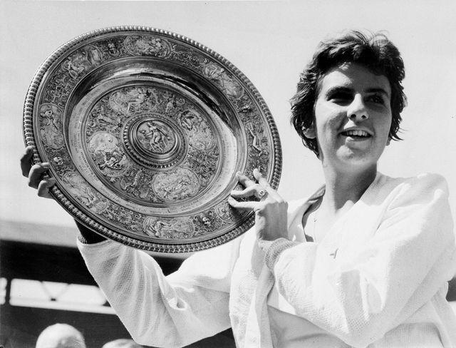 Bueno avec le trophée de Wimbledon en 1959. [Keystone]