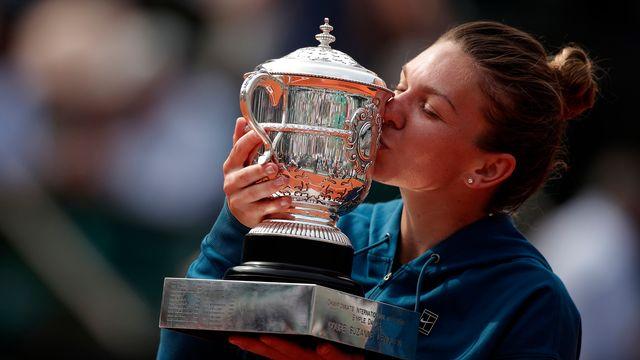 Simona Halep soulève le trophée Suzanne-Lenglen. [Yoan Valat - Keystone]