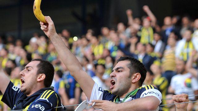 Un supporter brandit une banane à l'entrée d'un joueur de couleur sur le terrain à Istanbul en 2013. [Ozan Kose - AFP]