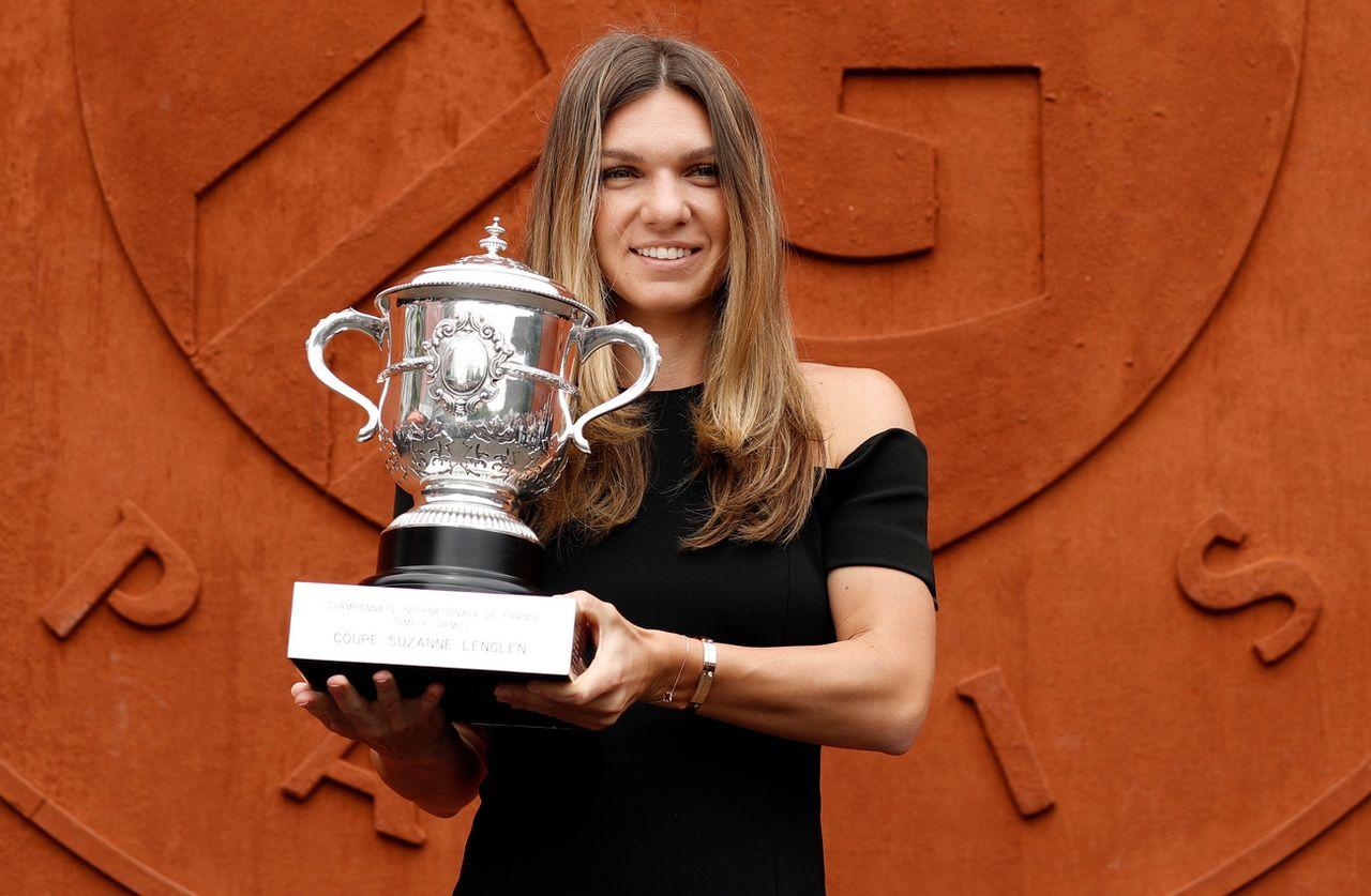 Simona Halep pose fièrement avec son trophée. [Yoan Valat - Keystone]