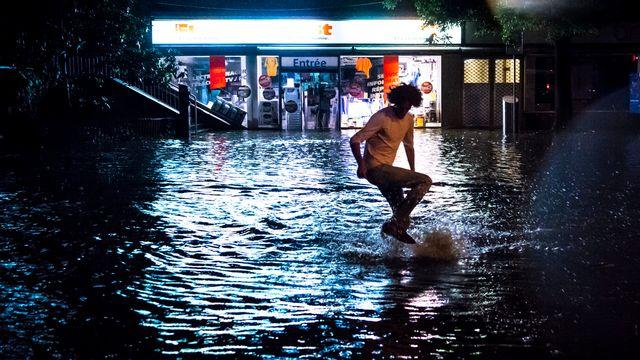 Les rues de Lausanne ont été inondées après un violent orage lundi soir. [Valentin Flauraud - Keystone]