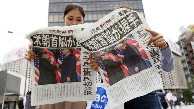 La poignée de mains historique en Une du quotidien japonais Yomiuri Shimbun. [Jiji Press/EPA/Keystone]