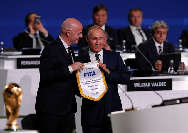 Le président de la FIFA Gianni Infantino (gauche) et le président russe Vladimir Putin. [Sergei Karpukhin - Reuters]