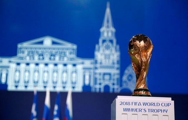 Le trophée de la Coupe du monde de football est un trophée en or récompensant les vainqueurs de la Coupe du monde de la FIFA. [Pavel Golovkin - AP Photo]