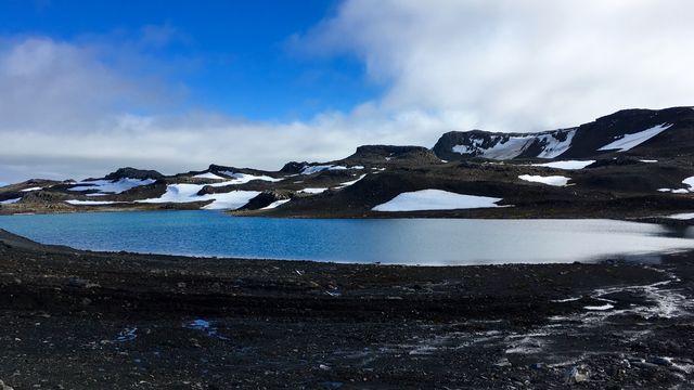 Un lac formé par la fonte des glaces sur l'Ile du Roi George en Antarctique. [Mathilde Bellenger - AFP]