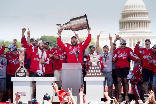 Alex Ovechkin brandit fièrement la Coupe Stanley qui pèse près de 16 kilos. [Michael Reynolds - EPA]