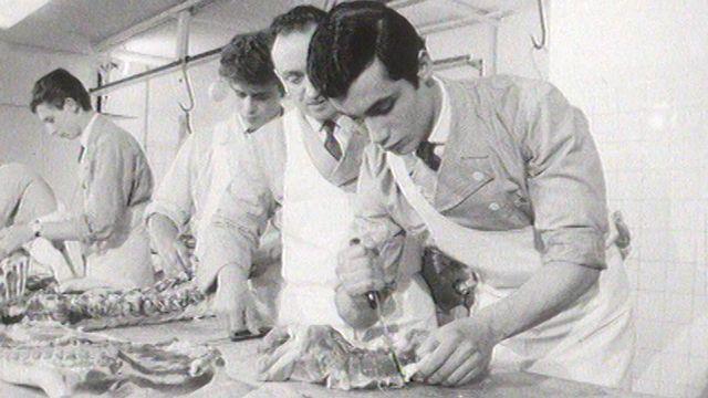 Boucher-charcutier en apprentissage en 1965. [RTS]
