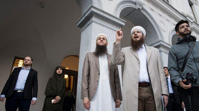 A droite, les trois responsables du Conseil central islamique suisse (CCIS) jugés à Bellinzone, dont le président Nicolas Blancho (au centre). [Alessandro Crinari - Keystone]