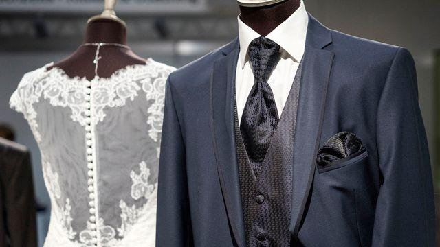Une robe et un costumes de mariés lors d'une exposition consacrée au mariage. [Christian Beutler - Keystone]