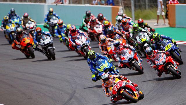 Marc Marquez a pris le meilleur départ, Thomas Lüthi (le plus à gauche de l'image) a chuté. [Enric Fontcuberta - EPA/Keystone]
