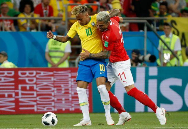 Valon Behrami s'est montré intraitable face à la star Neymar. [SHAWN THEW - EPA/Keystone]